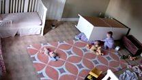 El bebé que salvo a su hermano mellizo al que le cayó un mueble encima
