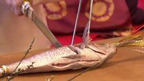 صناعة السيوف وطهي السمك في مهرجان في اليابان