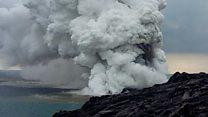 El impresionante desplome de un inmenso trozo de lava negra sobre el océano en Hawái