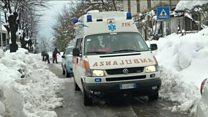 الثلوج تدفن نحو 30 شخصا في إيطاليا