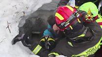 ภาพนาทีช่วยชีวิตผู้ประสบภัยหิมะถล่มในอิตาลี