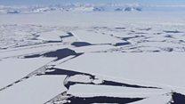 बर्फ़ का विशाल टुकड़ा टूटने की कगार पर