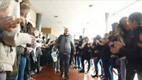 'Ele deu belas lições de vida': alunos fazem corredor de aplausos para se despedir de professor e vídeo viraliza