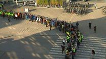 Corrente humana muda biblioteca de lugar na Bélgica