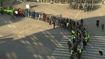 سلسلة بشرية تنقل مكتبة ضخمة في بلجيكا