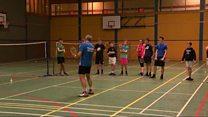 Dan Travers a' teagasg badminton an Uibhist