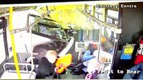 O impressionante momento em que camionete em alta velocidade se choca com ônibus nos EUA
