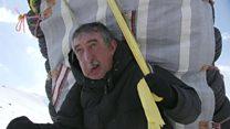 Con cientos de kilos a la espalda y entre la nieve: la dura vida de los contrabandistas kurdos en Irán