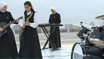 Монахини из Перу играют рок-н-ролл