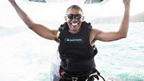 باراك أوباما يعرض مهاراته في الرياضات المائية خلال عطلته