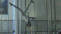 Os incríveis malabarismos da menina de 14 anos campeã de voo em tubo de ar