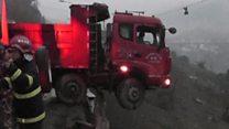 شاحنة تقف على الحافة بين الحياة والموت