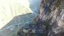 Vilarejo isolado na China ganha 800 m de escada em penhasco para acessar mundo exterior