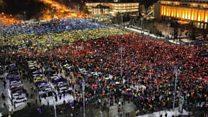 ルーマニアの抗議デモ、携帯電話と色紙で国旗模す
