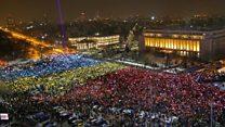 """Десятки тысяч демонстрантов """"зажгли"""" флаг Румынии"""