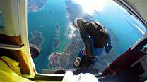 Скайдайверы пролетели над островом в форме сердца