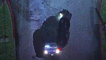 รถ 2 คันตกหลุมยุบในสหรัฐฯ หลังเกิดพายุรุนแรงกระหน่ำ
