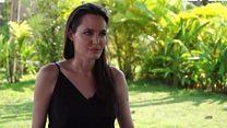 """انجلينا جولي تتحدث عن """"قتلوا أبي أولا""""  وعن عائلتها"""