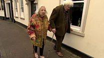 La entrañable pareja que se conoció en un basurero hace 40 años (y ahora se casa)