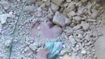 لحظة انتشال طفلة سورية من تحت الأنقاض