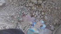 ภาพนาทีเจ้าหน้าที่ช่วยชีวิตเด็กหญิงซีเรียออกจากซากตึก