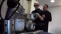 Conheça o chef cego, que cozinha com auxílio de ajudante com autismo