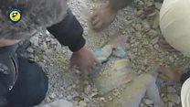 Imagens mostram resgate de menina chorando sob escombros na Síria