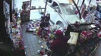 El escape milagroso de un comprador embestido por un auto descontrolado