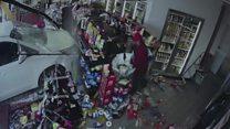 Carro invade loja e cliente escapa por pouco apos ser prensado entre prateleiras