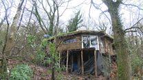 Ближе к земле: пара британцев живет в доме из соломы и грязи