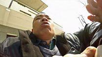 """El momento en que la BBC fue atacada en China por tratar de entrevistar a una """"demandante"""""""