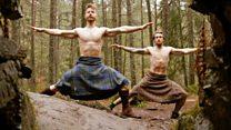 """""""La receta de barbas, faldas, nalgas y paisaje escosés funciona"""": los escoceses que se hicieron virales haciendo yoga en kilt"""