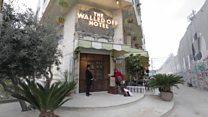 الفنان بانكسي يفتتح فندقاً في بيت لحم يطل على الجدار العازل