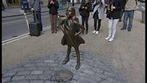 ウォール街に果敢な少女の銅像 雄牛と対等に