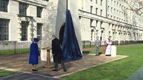 Queen unveils wars memorial