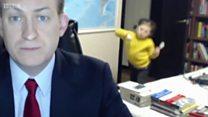 El divertido momento en que un experto en Corea es interrumpido por sus hijos en vivo por TV