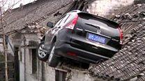 Carro vai parar no telhado de uma casa na China