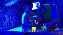 Хлопчик, який живе під медичним світлом