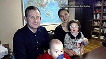 'Quando meu filho entrou com o andador, não tinha mais o que fazer': casal fala sobre viral da BBC