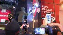 """В Киеве забросали камнями отделение """"Альфа-банка"""""""