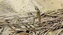 El momento en que una mujer emerge del barro tras un deslave en Perú