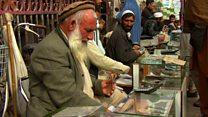 افغان ها با پاکستان مشکل کم ندارند، ولی همچنان با روپیه معامله میکنند