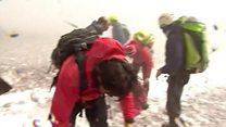 لحظه برخورد گدازههای آتشفشان کوه اتنا به خبرنگاران بیبیسی