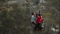 Crianças do Nepal enfrentam travessia perigosa de rio para chegar à escola