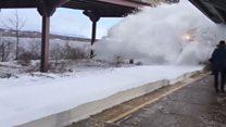 Пасажирів відкинуло хмарою снігу з рейок