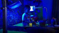 Menino passa 20 horas por dia sob luz ultravioleta para se manter vivo