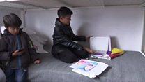 Menino afegão que vive em campo de refugiados ganha apelido de 'Pequeno Picasso'
