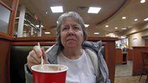 """""""Cuando tu mamá no sabe quién eres"""": el hombre que comparte los videos de su madre con demencia"""