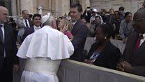 Menina 'rouba' solidéu do papa após benção na Praça de São Pedro