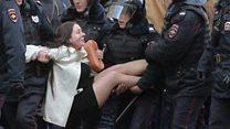 Хто ця дівчина, яку у Москві схопили поліцейські?